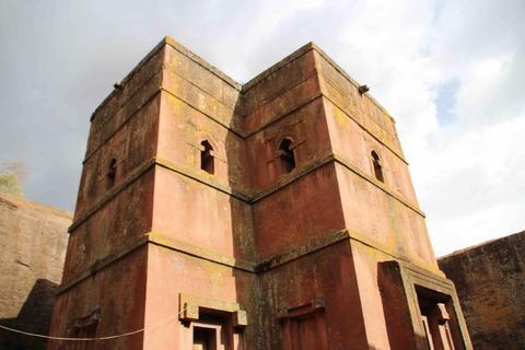下から見上げたギョルギス教会