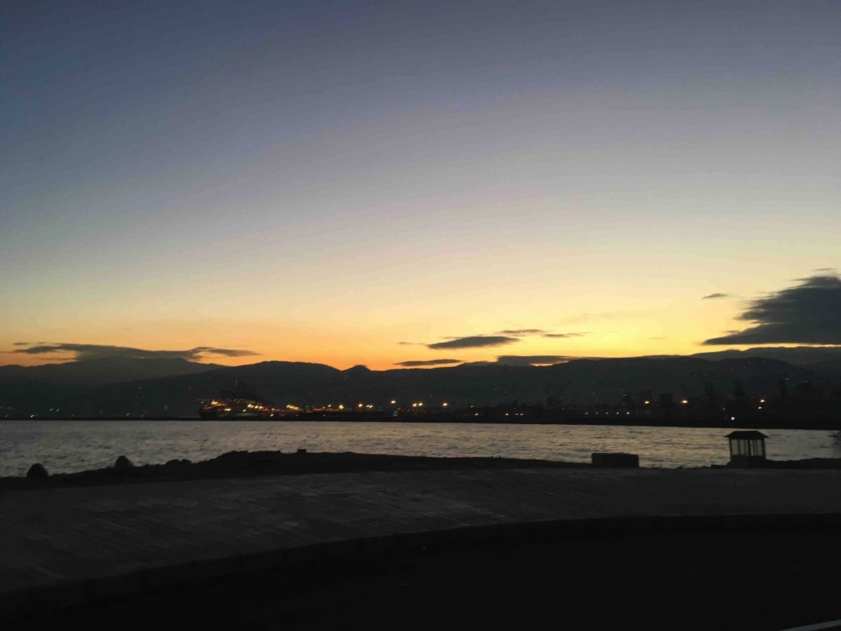 ベイルート港と山間