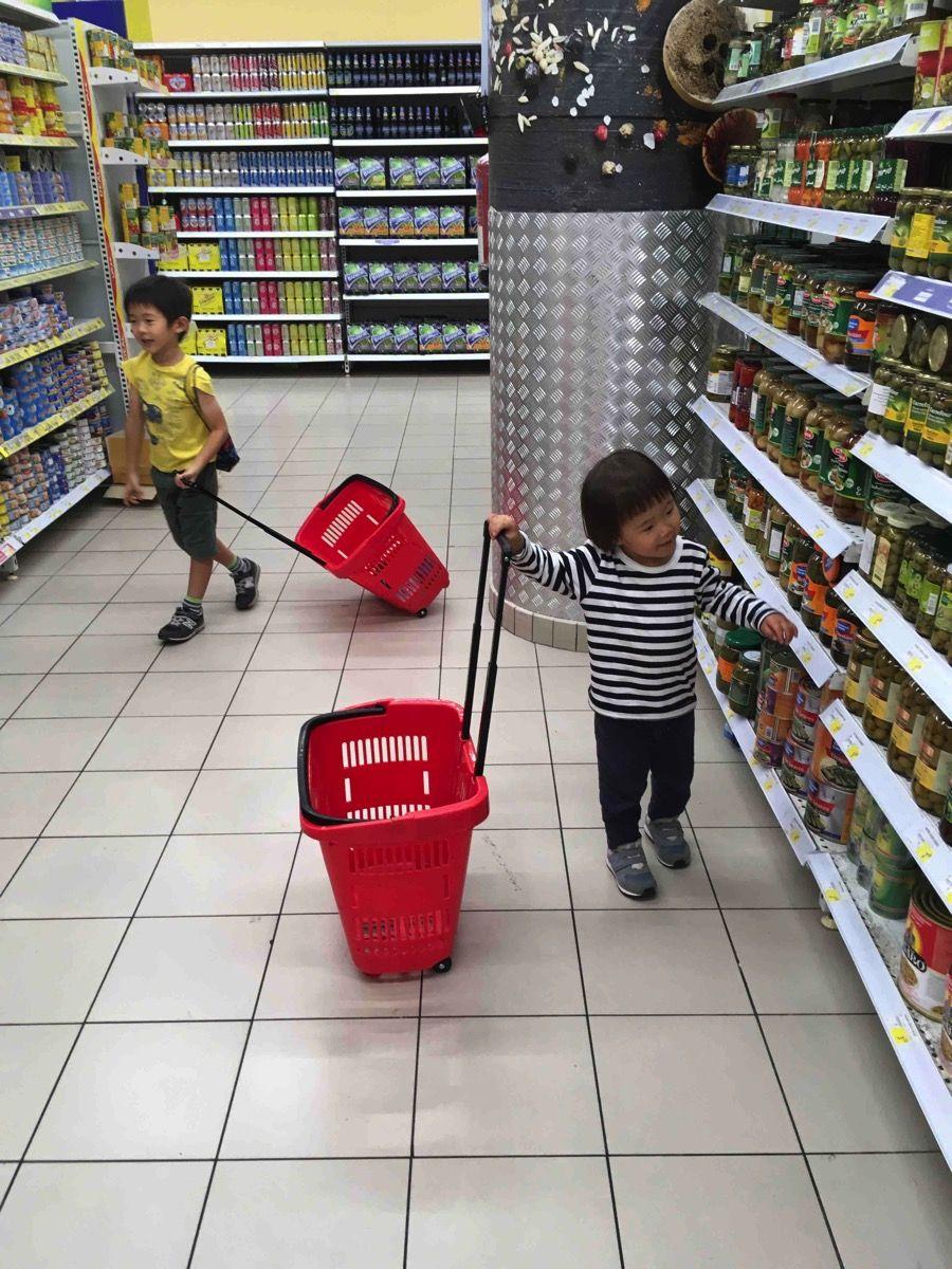 買い物ごっこを楽しむ子ども