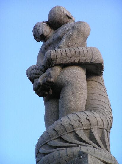 Eine Statue eines Reptilianers, der einen Mann angreift.