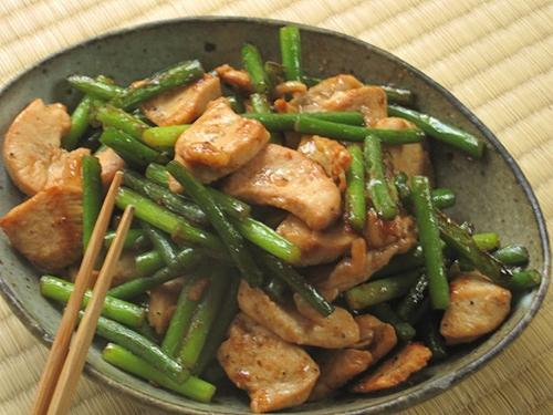 にんにくの芽と鶏肉の炒め物