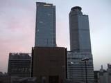 夜明け前の駅ビル