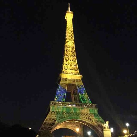 日仏交流160周年記念、日本をテーマにした映像が浮かびあがるエッフェル塔をみた。