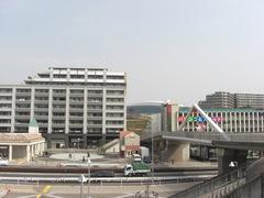 080312駅舎、広場、KOBAN、遊歩道、横浜国際プール屋根