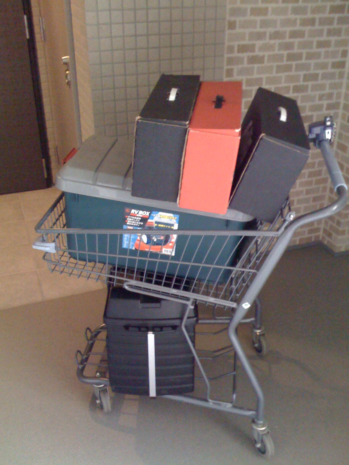 荷物 この写真が荷物の全部。マンション備え付けのカートなので、ここに載るサイズが限界です。 上の