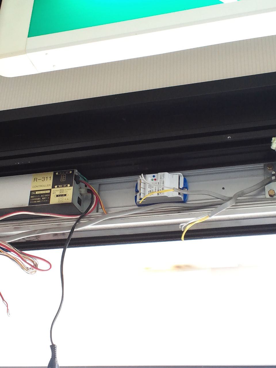 〜坂本自動ドア製作所〜 自動ドア部品      今日の現場は、YKK自動ドアの修理とナブコ自動ドアの修理です。    コメント                坂本 武典