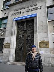 パリ大学医学部前で