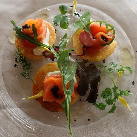 さつま芋のブリニとスモークサーモン香草添え(フクシマ)