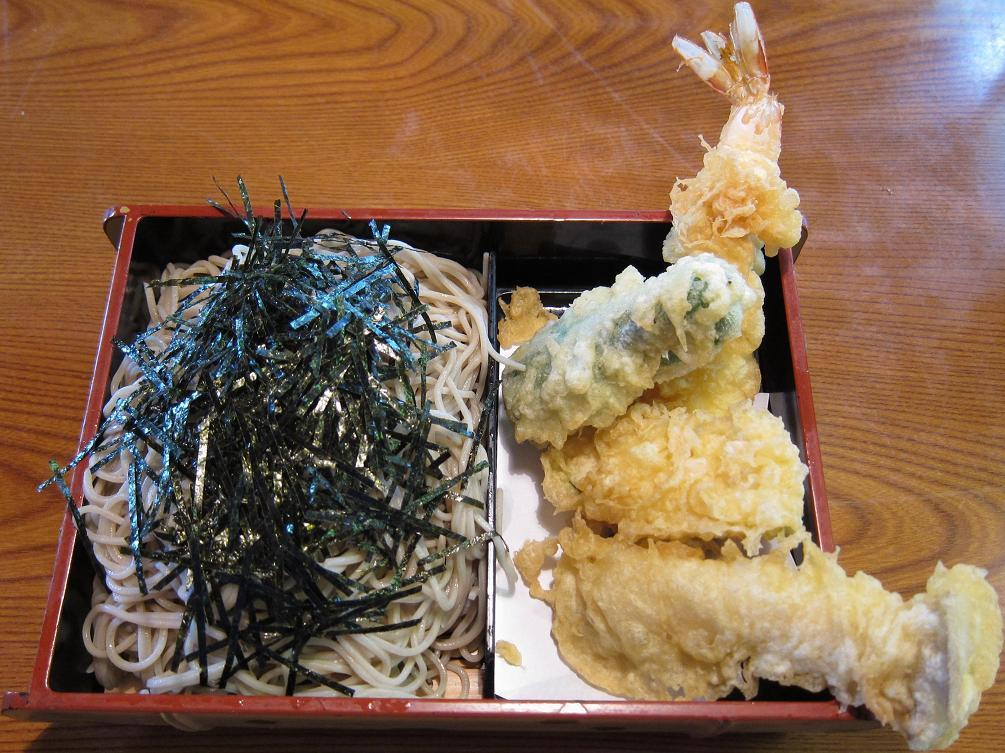 天ぷらが、はみ出してます!
