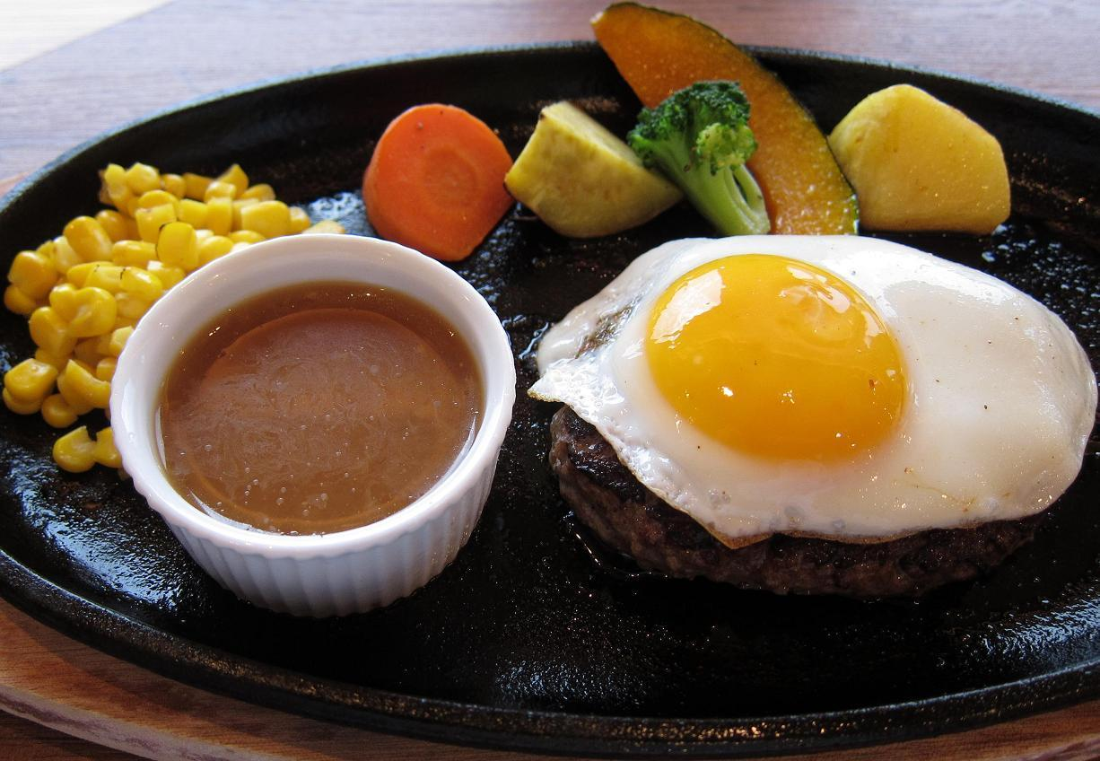 和牛入りハンバーグステーキ150g+目玉焼きと大地の野菜