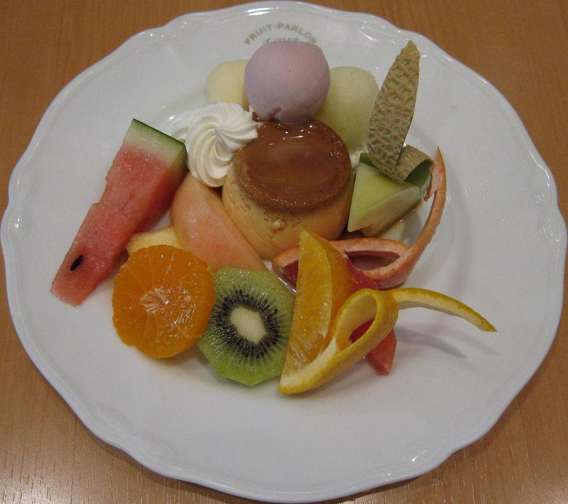 自家製プリンに季節のフルーツ、アイスクリームを添えて