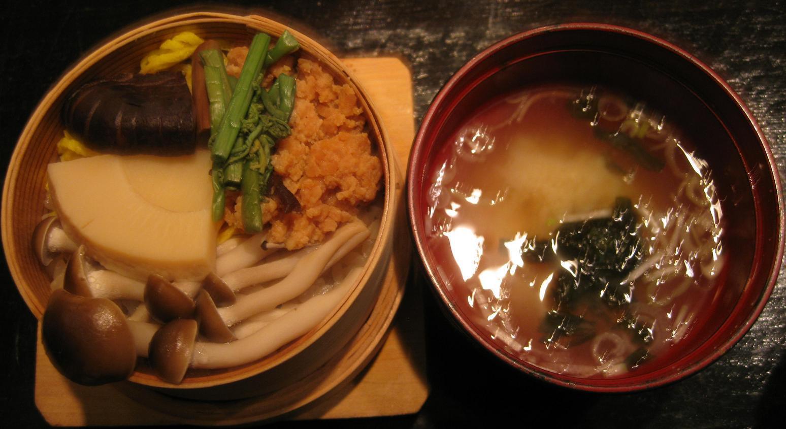 鶏そぼろと山菜のわっぱめし&岩海苔の味噌汁