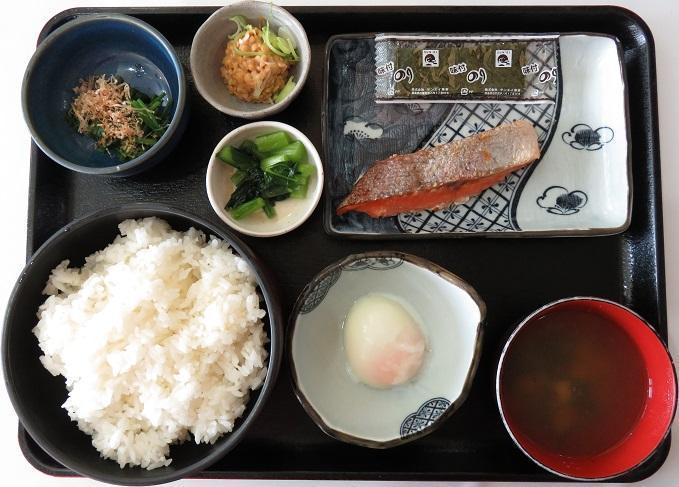 ご飯/みそ汁/お新香/魚/小鉢/納豆/温泉玉子/焼き海苔/ドリンク