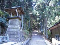 横峰寺山門より坂道を進む