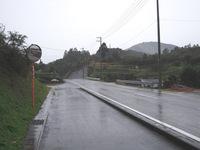 飯積山麓の道を行く