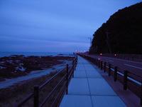闇夜の海岸線