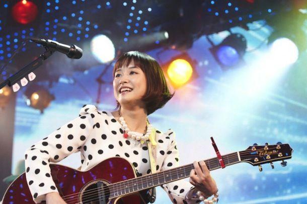 ライブ中の歌う大原櫻子。