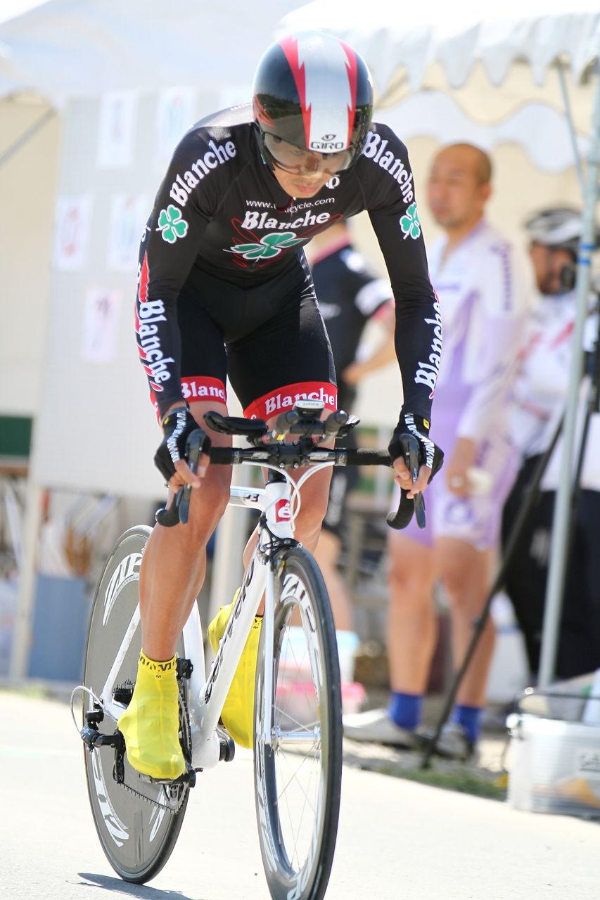 自転車の 自転車 tt : 攻撃的なフォームでガンガン ...