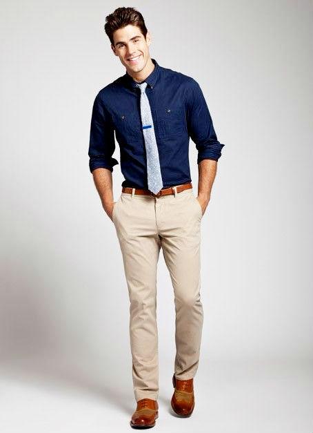 紺シャツ ベージュパンツ