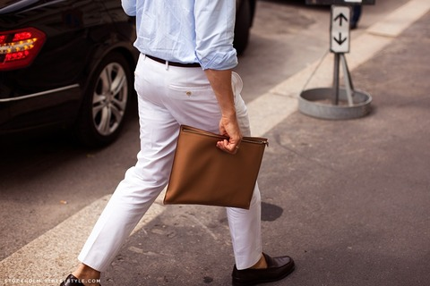 クラッチバッグ 白パンツ