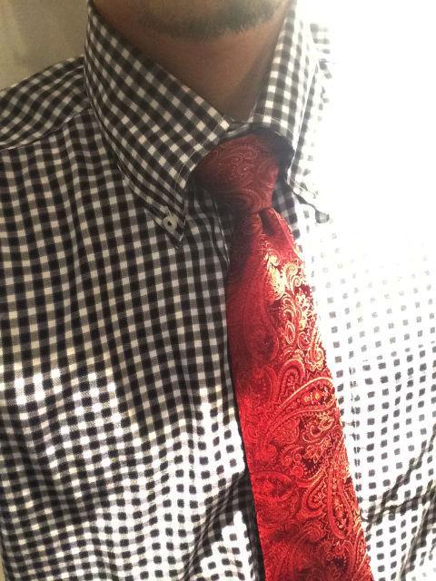 スーツ 赤色ネクタイ 効果