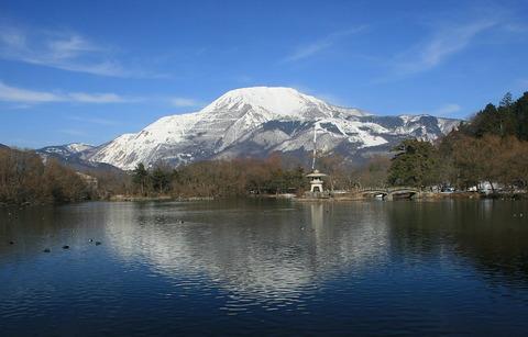 1024px-Pond_Mishima_and_Mount_Ibuki