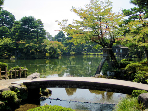 Niji-bashi_and_Kotoji_Toro,_Kenroku-en_20120905130513