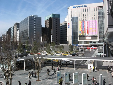 Hakata_station_square_and_taxi_pool