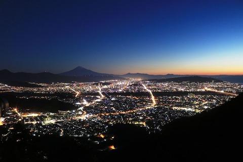 Shizuoka_city_at_night_from_Choseniwa