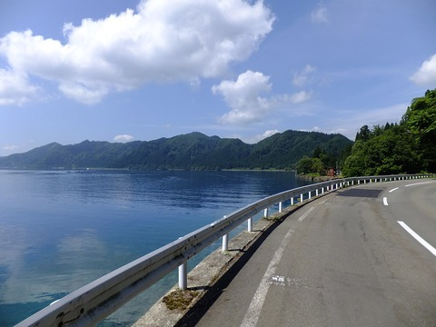 1280px-Akita_Prefectural_Road_38_at_lakeside_of_Tazawako_02
