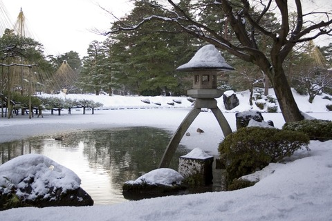 Kenroku-en-winter-lantern