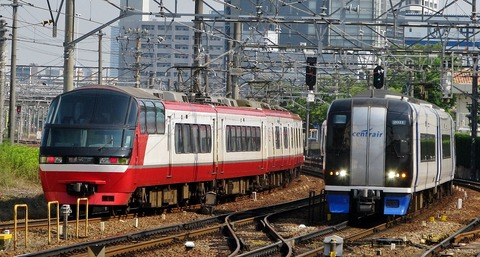 1280px-Meitetsu_2000_Series_and_R1200_Series-FC