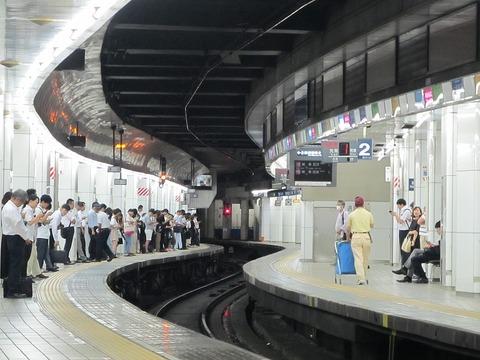 1024px-MT-Meitetsu_Nagoya_Station-Platform_Track_No.1_and_2