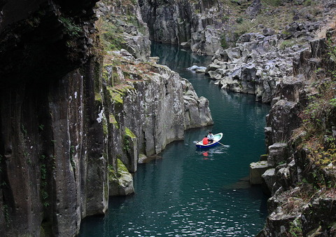 1024px-Takachiho-kyo(Gorge)_-_River_-_川