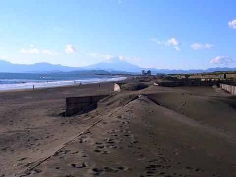 Kugenuma_Beach,_viewing_Mt._Fuji