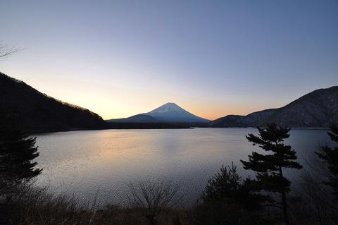 1280px-Lake_Motosu02