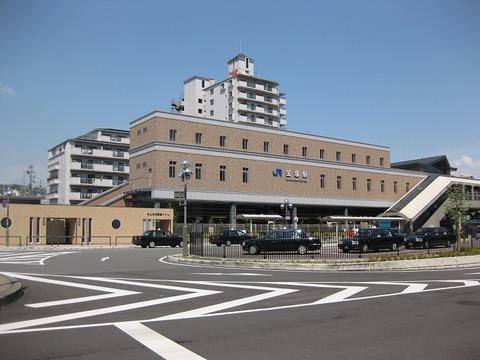 Station_building_of_JR_Takarazuka_station