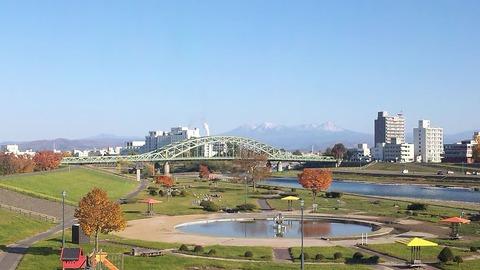 Asahibashi_Bridge_and_Mt._Daisetsuzan_Range