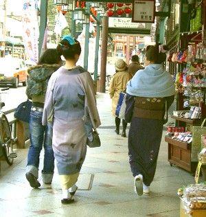 祇園商店街を歩く綺麗所