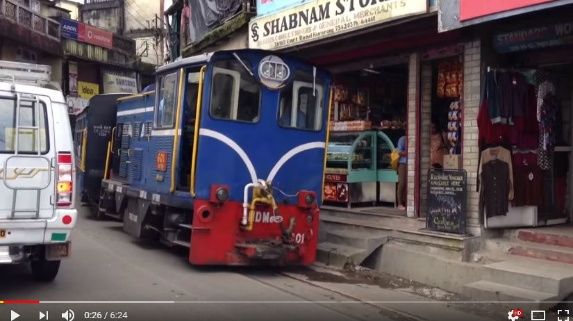 目を疑う光景!?商店のまん前を抜けていくダージリン・ヒマラヤ鉄道。その車窓からの景色がわかるビデオ