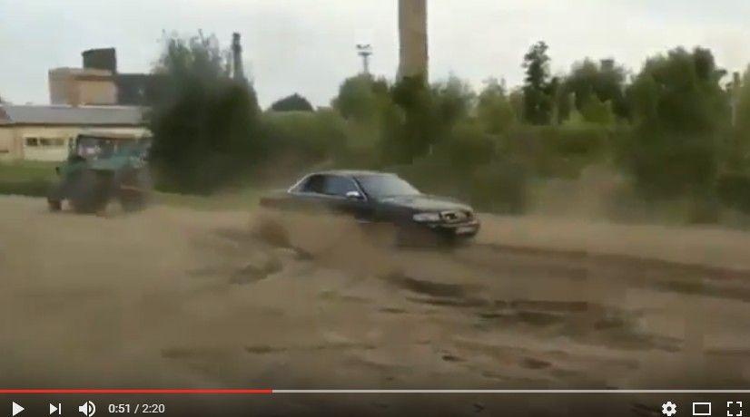 【動画】トラクターとの綱引きに挑んだアウディwww 大負けしてドリフトして誤魔化そうとするも失敗wwww