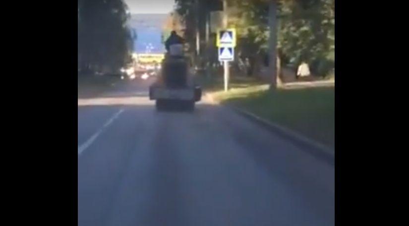 怖すぎ…ブレーキを失ったロードローラーが大暴走する瞬間!
