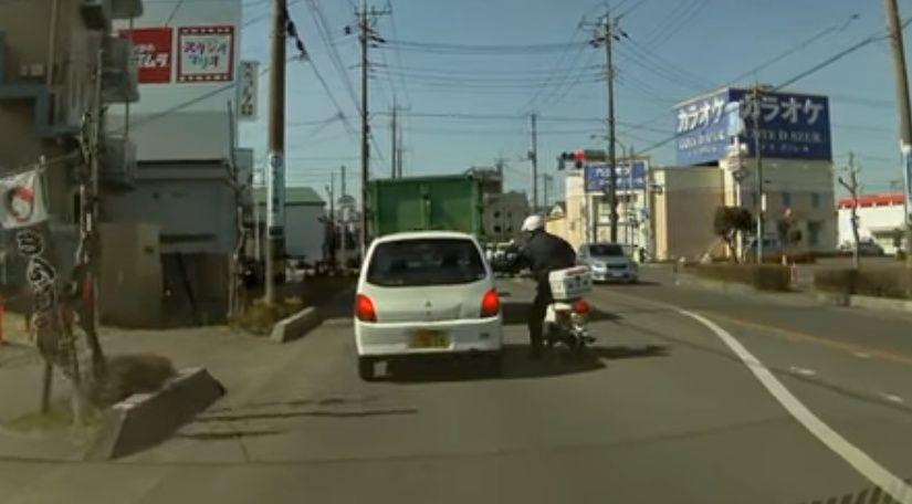 警官の目の前で横断歩道を渡ろうとする歩行者を無視し検挙される瞬間wwww 二つの事例