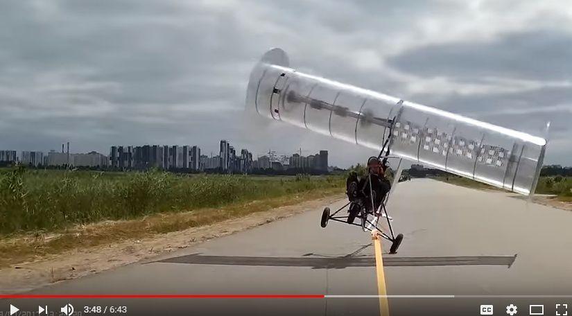 奇妙な飛行機を制作した男性。一瞬浮くもやっぱり飛べずに道路脇へひっくり返るwwwww