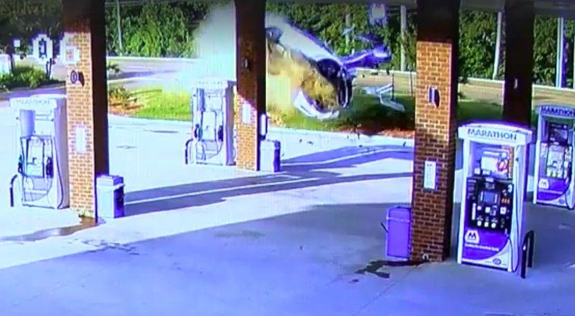 お姉さん運転のセダンがジャンプしながらガソリンスタンドへとダイナミック入店wwww アメリカ・ミシシッピ州