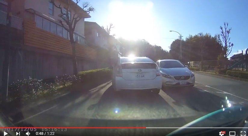 【ドラレコ】対向車のボルボがはみ出てきたせいで前のプリウスに追突!車間距離を十分にとっていれば防げた事故。奈良県生駒