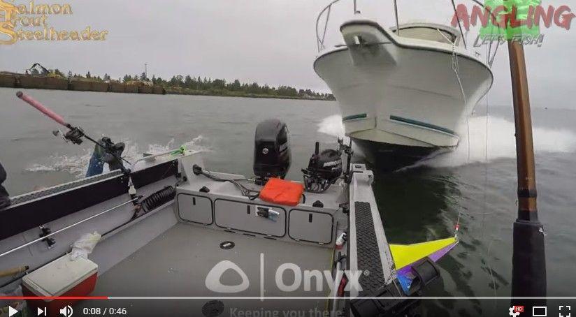 釣りボートの危機一髪映像が怖すぎる!携帯電話を見てよそ見していた船に突っ込まれる…