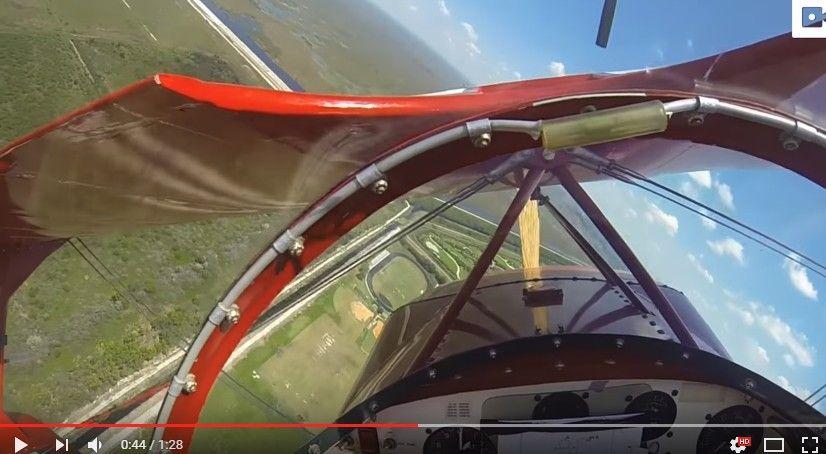 怖ええぇぇぇ!!!アクロバット飛行の練習中にエンジンが停止する瞬間。突如急降下しはじめる複葉機…