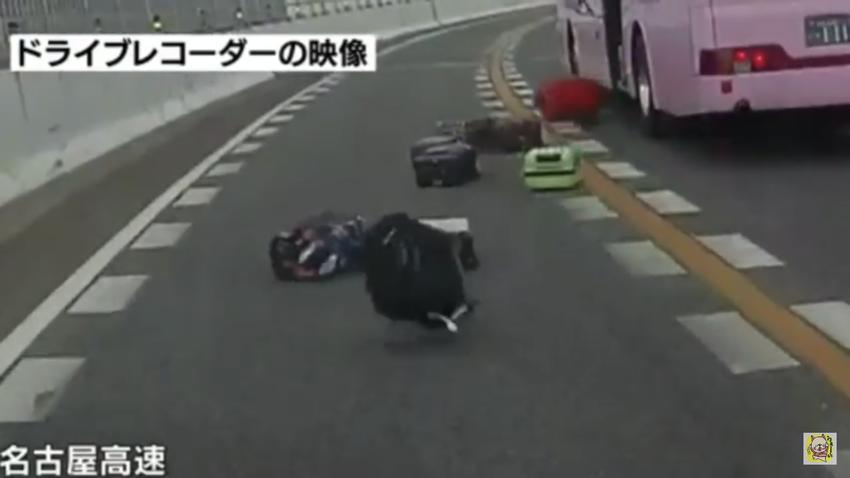 名古屋高速を走る観光バスからまさかのトラップ発動!10個ほどのスーツケースがばら撒かれるwww