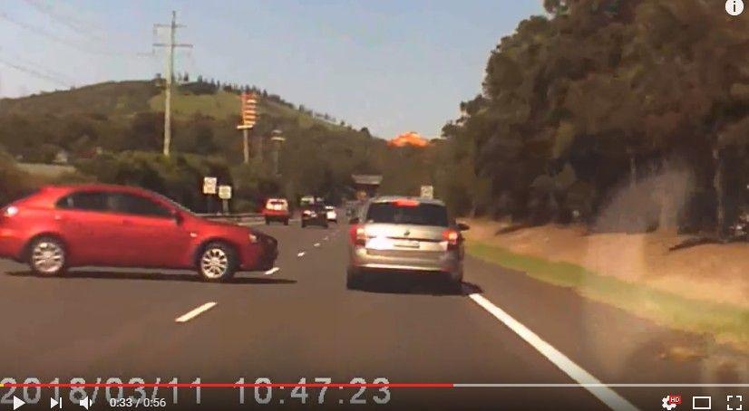 【車載映像】ハイウェイでUターンしてきた93歳老人と衝突事故の瞬間www 無茶苦茶タイミングで出てくるwwww